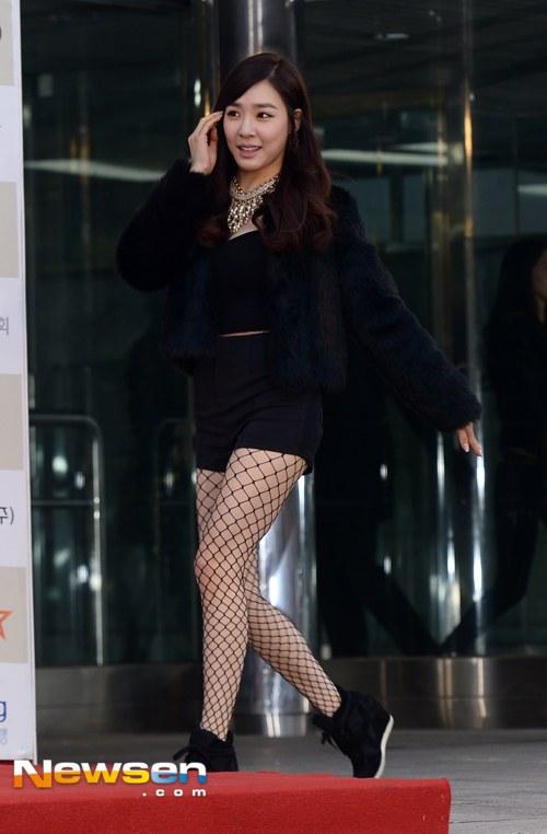 Tags: K-Pop, Girls' Generation, Stephanie Young Hwang, Walking, Black Shorts, Fishnets, Necklace, Pantyhose, Black Jacket, Black Shirt, Hand In Hair, Bare Legs