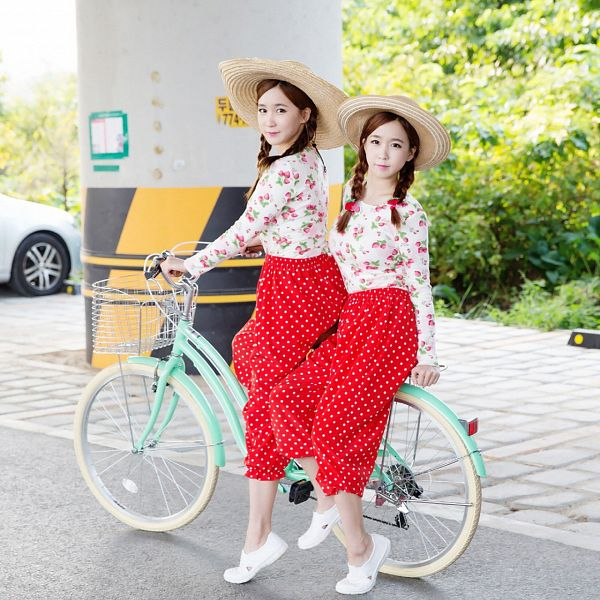 Tags: Strawberry Milk, Crayon Pop, Choa, Way, Spotted Skirt, Twin Tails, Sisters, Fruits, Skirt, Twins, White Footwear, Bicycle