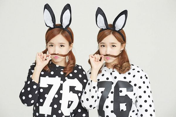 Tags: Strawberry Milk, Crayon Pop, Way, Choa, Two Girls, Medium Hair, Duo, Spotted Shirt, Light Background, Sisters, White Background, Twins