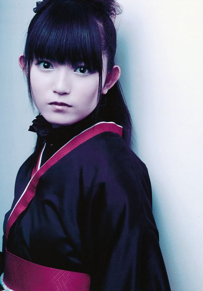 Tags: J-Pop, Babymetal, Su-metal, Ponytail, Traditional Clothes, Light Background, White Background, Black Outfit, Black Dress, Blunt Bangs, Kimono, Android/iPhone Wallpaper