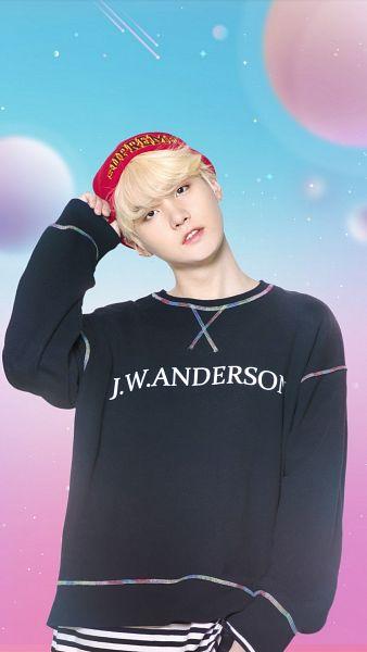 Tags: K-Pop, BTS, Suga, Red Headwear, Serious, Black Shirt, Head Tilt, Blonde Hair, Gradient Background, Black Eyes, Hat, BTS World