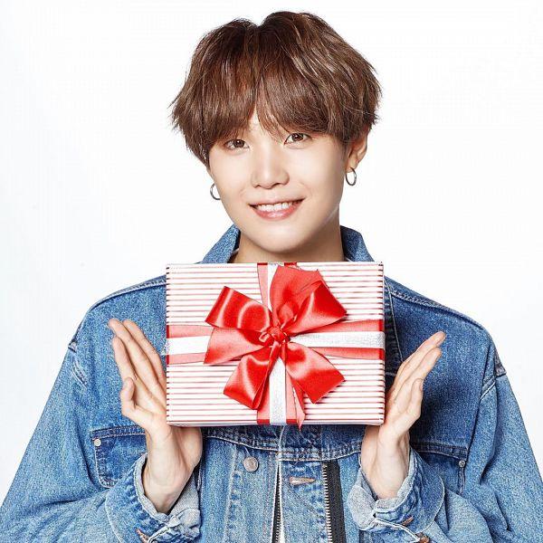 Tags: K-Pop, BTS, Suga, Grin, Christmas, Holding Object, Gift, Close Up, Light Background, White Background, Denim Jacket, Lemona