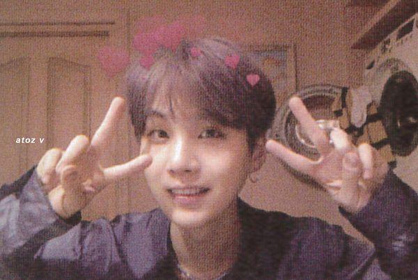Tags: K-Pop, BTS, Suga, Washing Machine, V Gesture, Door, Canvas, Heart, Purple Hair, Purple Shirt, Necklace, Collar (Clothes)