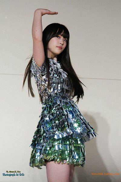 Tags: K-Pop, f(x), Sulli, Black Eyes, Bare Legs, Gray Outfit, Gray Background, Silver Dress, Toto