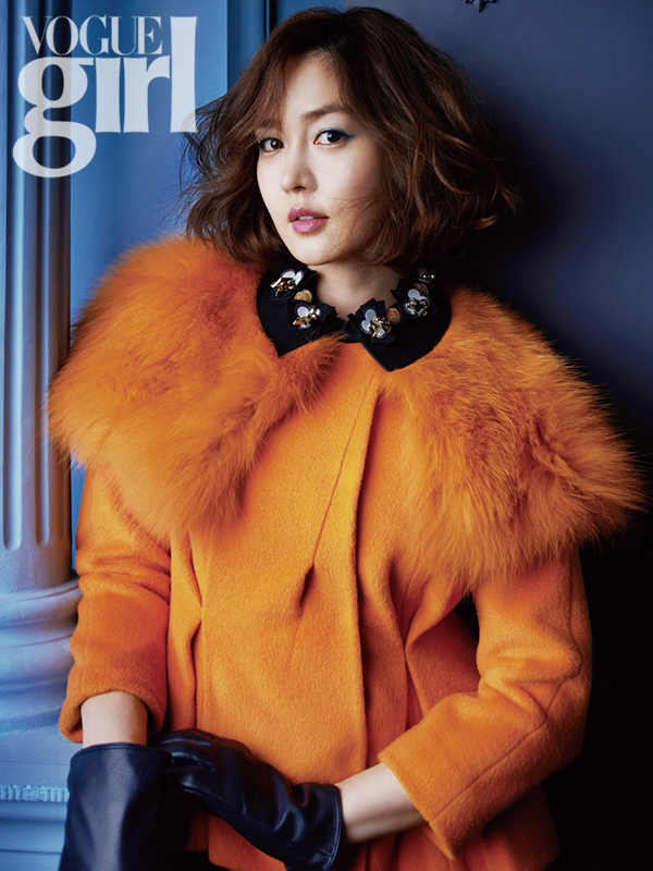 Tags: K-Pop, Fin.K.L, Sung Yuri, Blue Background, Medium Hair, Text: Magazine Name, Gloves, Black Gloves, Magazine Scan, VOGUE Girl