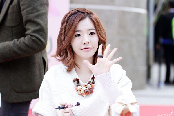 Tags: K-Pop, Girls' Generation, Sunny, Pen, Wave, Looking Up, Necklace, Medium Hair