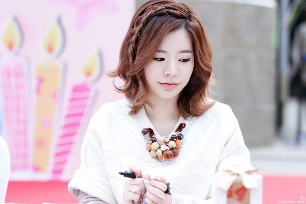 Tags: K-Pop, Girls' Generation, Sunny, Medium Hair, Looking Down