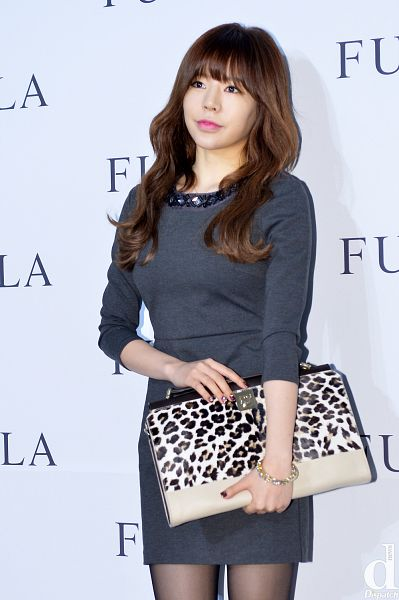 Tags: K-Pop, Girls' Generation, Sunny, Looking Up, Gray Dress, Pantyhose, Animal Print, Wavy Hair, Text: Brand Name, Leopard Print, Bracelet, Bag