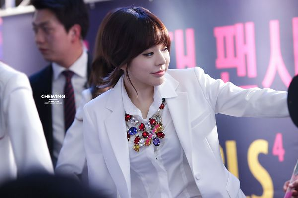 Tags: K-Pop, Girls' Generation, Sunny, White Jacket, Necklace, White Outerwear, Looking Away, Eyes Half Closed, Medium Hair, Mr.Mr. Fansign In Ilsan, Wallpaper, Chewing