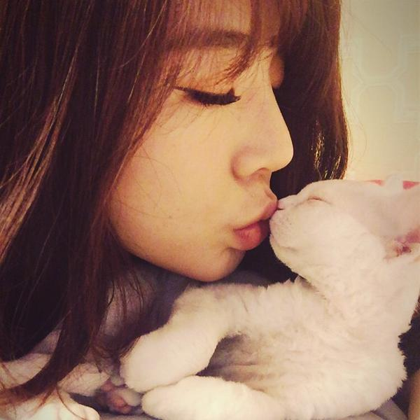 Tags: K-Pop, Girls' Generation, Salt, Sunny, Side View, Eyes Closed, Cat, Kiss, Instagram