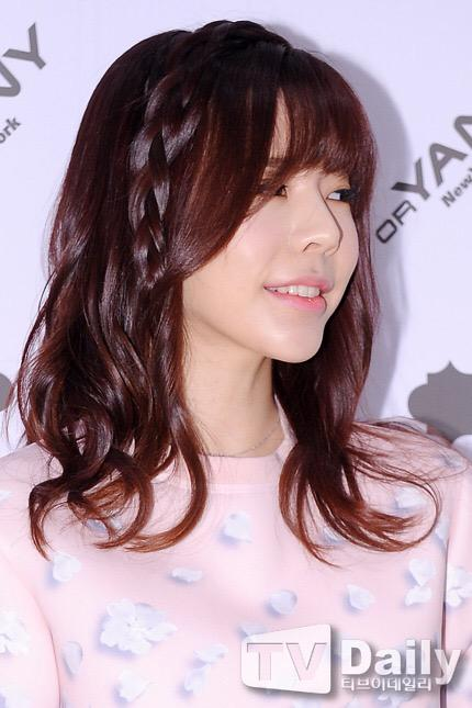 Tags: K-Pop, Girls' Generation, Sunny, Looking Away, Gray Background, Medium Hair, Light Background, Sweater, White Background, Pink Shirt, Tv Daily