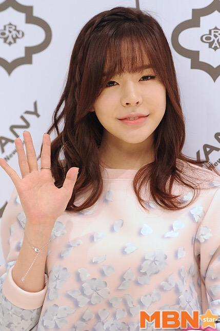 Tags: K-Pop, Girls' Generation, Sunny, Bracelet, Light Background, White Background, Looking Ahead, Pink Shirt, Wave, MBN Star, Magazine Scan