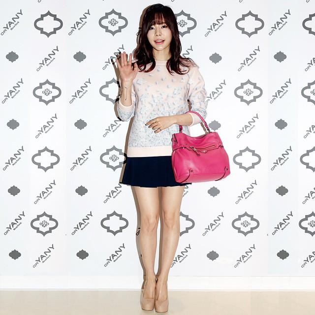 Tags: K-Pop, Girls' Generation, Sunny, High Heels, Grin, Bare Legs, Bracelet, Black Skirt, Sweater, Skirt, Light Background, Shoes