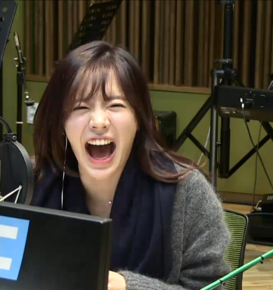 Tags: Girls' Generation, Sunny, Sitting On Chair, Sweater, Scarf, Microphone, Blue Neckwear, Laughing, Computer, Sitting, FM Date