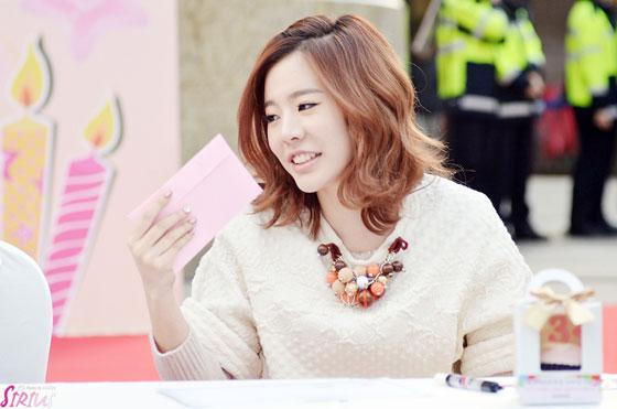 Tags: K-Pop, Girls' Generation, Sunny, Medium Hair, Necklace, Looking Away, Sirius