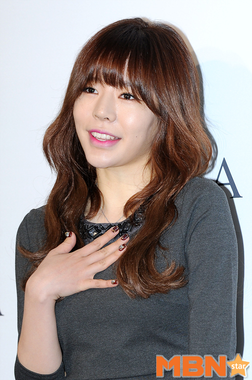 Tags: K-Pop, Girls' Generation, Sunny, Looking Up, Looking Away, Gray Dress, Make Up, Hand On Chest, Wavy Hair, Nail Polish, Light Background, Necklace