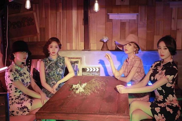 Tags: K-Pop, T-ara, Ham Eunjung, Qri, Hyomin, Park Jiyeon, Bare Shoulders, Earrings, Blonde Hair, Dress, Bent Knees, Sitting