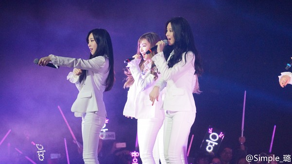 Tags: K-Pop, TaeTiSeo, Girls' Generation, Stephanie Young Hwang, Kim Tae-yeon, Seohyun, Three Girls, White Jacket, White Outfit, Singing, White Pants, Trio