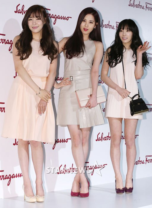 Tags: TaeTiSeo, Stephanie Young Hwang, Kim Tae-yeon, Seohyun, Pink Dress, White Outfit, Brown Dress, Trio, Pink Footwear, Hand On Hip, Three Girls, White Dress