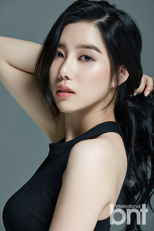 Tags: K-Pop, Berry Good, Taeha, Jewelry, Black Eyes, Earrings, Serious, Black Shirt, Gray Background, Simple Background, Magazine Scan, International Bnt