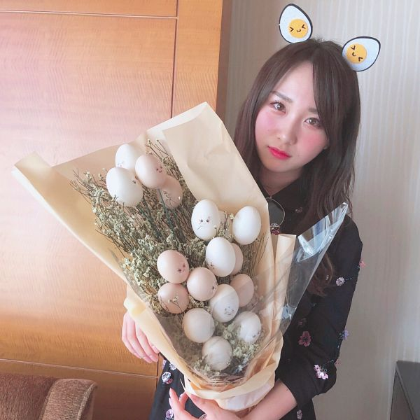 Tags: J-Pop, AKB48, Takahashi Juri, Holding Object, Brown Background, Flower, Bouquet, Black Shirt