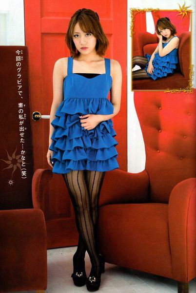 Tags: J-Pop, AKB48, Takahashi Minami, Sleeveless Dress, Blue Outfit, Collarbone, Medium Hair, Black Footwear, Sleeveless, Japanese Text, Pantyhose, Crossed Legs (Standing)