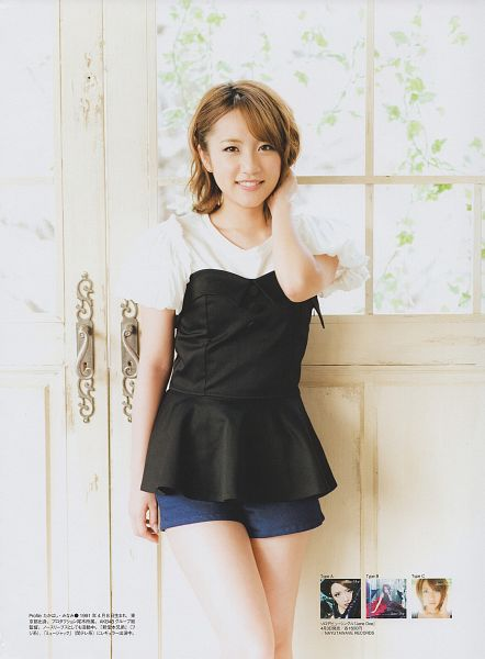 Tags: J-Pop, AKB48, Takahashi Minami, Japanese Text, White Background, Medium Hair, Black Shirt, Shorts, Bare Legs, Hand In Hair, Blue Shorts, Light Background
