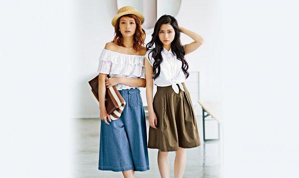 Tags: J-Pop, AKB48, Tano Yuuka, Medium Hair, Bare Legs, Brown Headwear, Skirt, Bag, Hand In Hair, Brown Skirt, Two Girls, Light Background