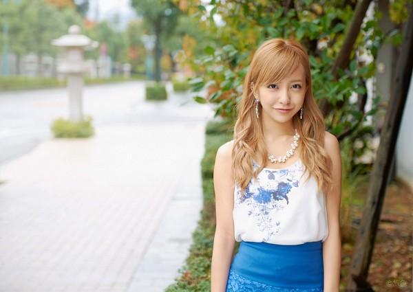 Tags: J-Pop, AKB48, Tomomi Itano, Outdoors, Sleeveless, Sleeveless Shirt, Wavy Hair, Bare Shoulders, Necklace, Blue Skirt, Skirt