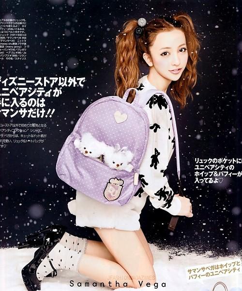 Tags: J-Pop, AKB48, Tomomi Itano, Kneeling, Black Footwear, High Heels, Snow, White Legwear, Black Background, Spotted Legwear, Socks, Japanese Text