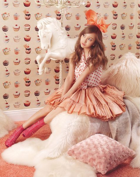 Tags: J-Pop, AKB48, Tomomi Itano, Hair Ornament, Full Body, Bow, Wavy Hair, Animal, Spotted Shirt, Pillow, Pleated Skirt, Sweets