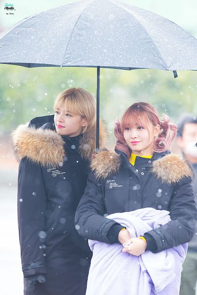 Tags: K-Pop, Twice, Hirai Momo, Yoo Jeongyeon, Two Girls, Looking Away, Umbrella, Outdoors, Wavy Hair, Rain, Duo, Twin Tails