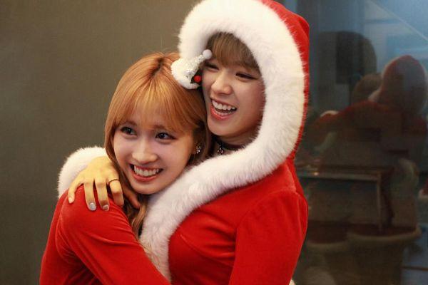 Tags: K-Pop, Twice, Yoo Jeongyeon, Hirai Momo, Costume, Christmas Outfit, Christmas