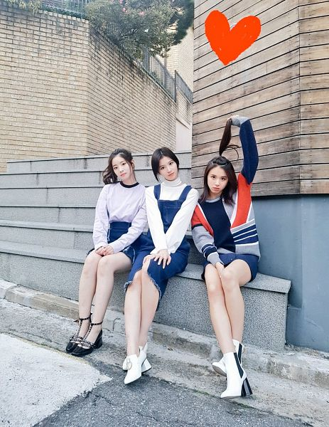 Tags: K-Pop, JYP Entertainment, Twice, Minatozaki Sana, Kim Dahyun