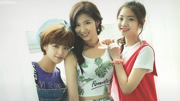 Tags: JYP Entertainment, K-Pop, Twice, Kim Dahyun, Yoo Jeongyeon, Minatozaki Sana, Wallpaper