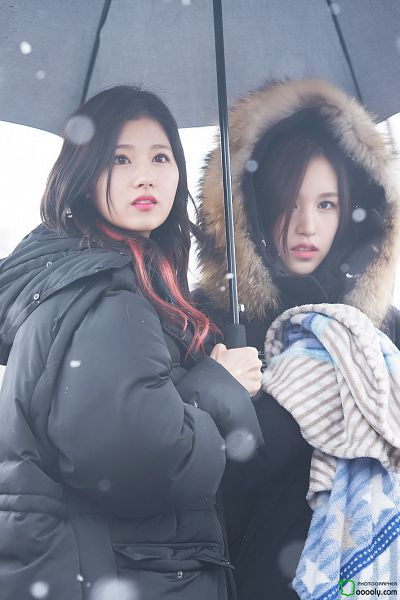 Tags: JYP Entertainment, K-Pop, Twice, Minatozaki Sana, Myoui Mina, Light Background, Duo, White Background, Black Outerwear, Looking Up, Snow, Blanket