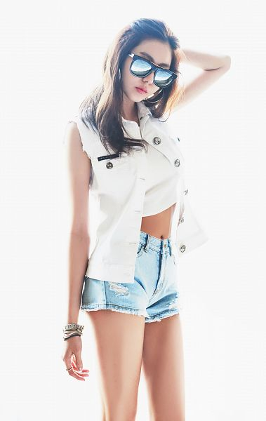 Tags: K-Pop, After School, Uee, Light Background, Jeans, White Background, Navel, Crop Top, White Outfit, Glasses, Bracelet, Midriff