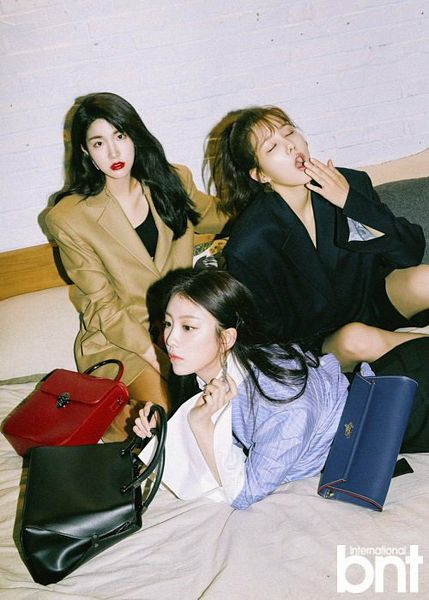 Tags: K-Pop, Spica, Laboum, Uni.T, Lee Suji, ZN, Yang Jiwon, Coat, Bag, Laying On Stomach, Wavy Hair, Red Lips