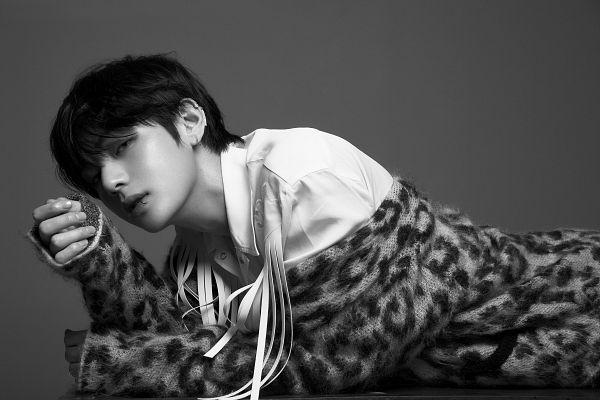 Tags: K-Pop, Bangtan Boys, V (Kim Taehyung), Close Up, Piercing, Collar (Clothes), Laying Down, Animal Print, Monochrome, Leopard Print, Laying On Stomach, Twitter