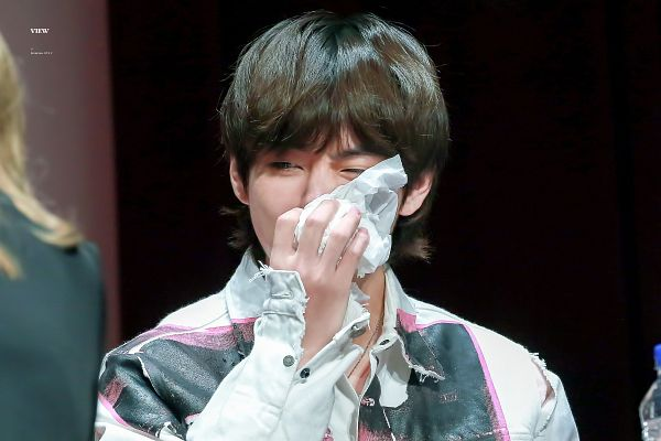 Tags: K-Pop, BTS, V (Kim Taehyung), Covering Mouth, Water, Close Up, Collar (Clothes), English Text, Bottle, Necklace, Twitter, Fansigning Event