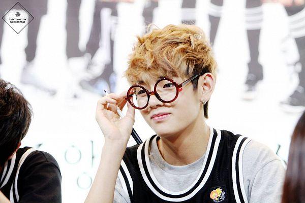 Tags: K-Pop, BTS, V (Kim Taehyung), Pen, Glasses, Vest