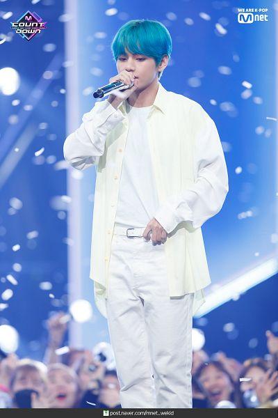 Tags: K-Pop, Television Show, BTS, Make It Right, V (Kim Taehyung), English Text, White Pants, Text: URL, Confetti, Stage, Singing, Blue Hair