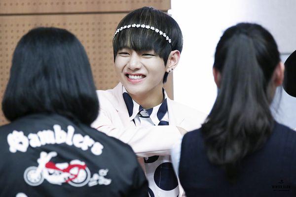 Tags: K-Pop, BTS, V (Kim Taehyung), Grin, Black Eyes, Hairband, Wallpaper