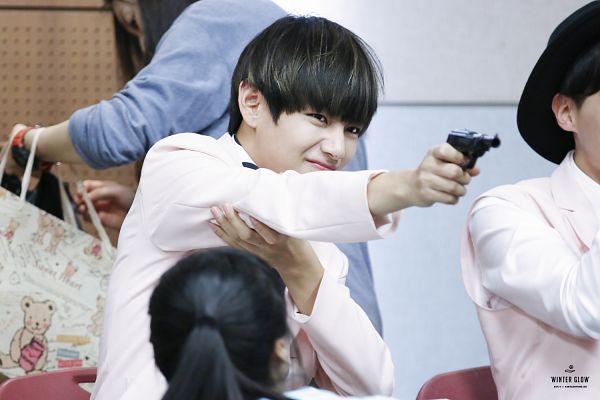 Tags: K-Pop, BTS, V (Kim Taehyung), Gun, Black Eyes, Weapons, Wallpaper