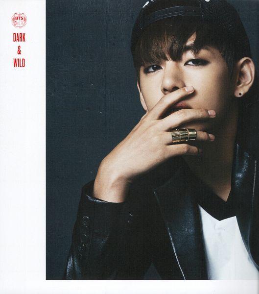 Tags: K-Pop, Bangtan Boys, V (Kim Taehyung), Gray Background, Ring, Text: Album Name, Make Up, Covering Mouth, Black Eyes, Eyeliner, Dark & Wild, Scan
