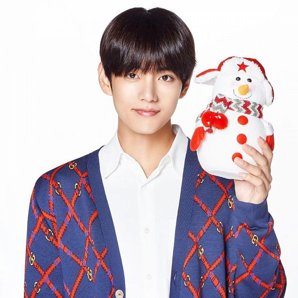 Tags: K-Pop, BTS, V (Kim Taehyung), Light Background, Cardigan, White Background, Christmas, Buttons, Toy, Holding Object, Close Up, Stuffed Toy