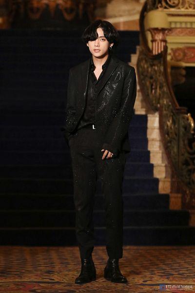 Tags: K-Pop, BTS, Black Swan, V (Kim Taehyung), Black Jacket, Black Outerwear, Belt, Text: URL, English Text, Stairs, Black Outfit, Carpet