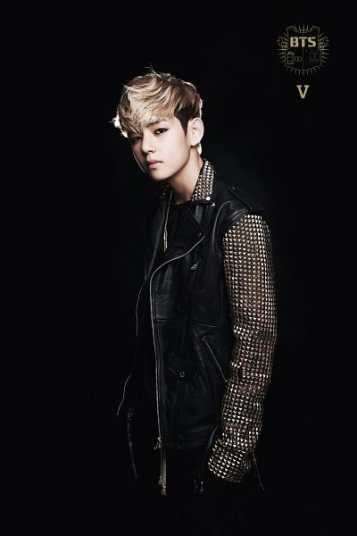 Tags: K-Pop, Bangtan Boys, V (Kim Taehyung), Jacket, Necklace, Black Outfit, Hand In Pocket, Black Background, Blonde Hair, 2 Cool 4 Skool, Android/iPhone Wallpaper