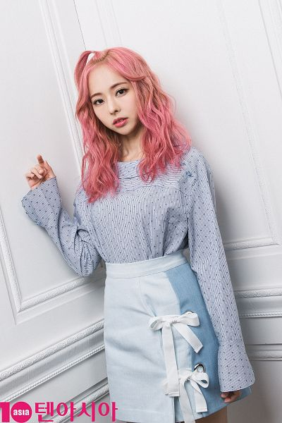 Tags: K-Pop, LOOΠΔ, Vivi (LOOΠΔ), Gray Shirt, Skirt, Spotted, Blue Skirt, Spotted Shirt, Pink Hair, Serious, Wavy Hair, Magazine Scan