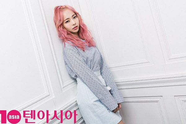 Tags: K-Pop, LOOΠΔ, Vivi (LOOΠΔ), Spotted Shirt, Pink Hair, Wavy Hair, Gray Shirt, Skirt, Blue Skirt, Spotted, Magazine Scan, 10asia + Star
